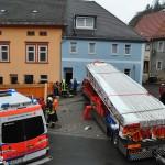 Zirkus-LKW fährt in Folge eines Unfalls gegen Hauswand in Camburg