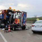 Audi kollidiert auf der A 38 mit Fahrzeug der Autobahnmeisterei