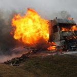 LKW mit Gartenmöbeln auf der A 9 bei Tanna ausgebrannt