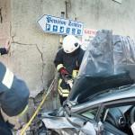 Fahrzeug kollidiert frontal mit Hauswand in Lengefeld