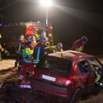 Renault kommt von glatter Fahrbahn ab und überschlägt sich