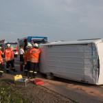 Transporter kollidiert mit LKW auf der A4 und bleibt auf der Seite liegen