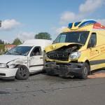 Rettungswagen kollidiert mit PKW auf Kreuzung in Weimar