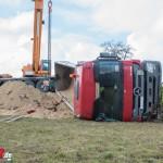 LKW mit Sattelauflieger fällt bei Niedersynderstedt auf die Seite