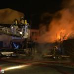 Brand einer Autowerkstatt mit abgestellten Fahrzeugen in Sonneberg
