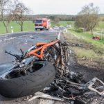 Tödlicher Motorradunfall: PKW und Motorrad fingen Feuer nach Frontalzusammenstoß