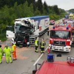 Lastzug kracht auf der A9 am Stauende auf anderen LKW