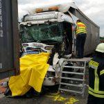 Kradfahrer zwischen Lastzügen auf A9 eingeklemmt und verstorben