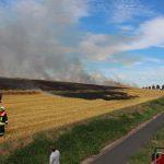 Ausgedehnter Feldbrand nahe Beuren hielt Einsatzkräfte auf Trab