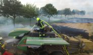 In Brand geratene Strohpresse führt zu Flächenbrand bei Bad Sulza