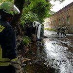 PKW stürzt Abhang hinab und landet in der Schwarza in Katzhütte