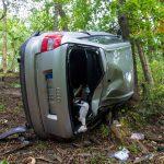 PKW stürzt bei Kahla Abhang hinab und kollidiert mit Baum