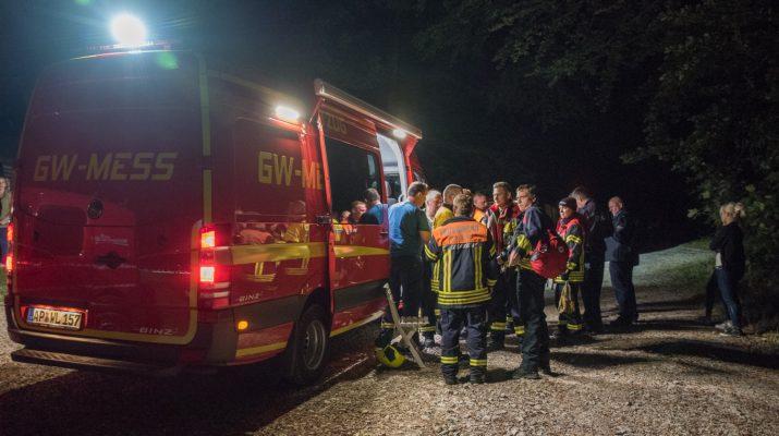30.09.2016 / Bad Berka / Die Freiwillige Feuerwehr Bad Berka wurde am Donnerstag, den 29. September 2016 gegen 19.14 Uhr zu einer Vermisstensuche nach Bad Berka (Kreis Weimarer Land) alarmiert. Zeugen berichteten das kurz nach 19 Uhr ein Gleitschirmflieger über dem Wald unterhalb des Paulinenturmes abgestürzt war und in einem Baum hing. Die Kameraden der Feuerwehr suchten zunächst die Wege und Bäume rund um die angegebene Absturzstelle ab. Unterstützung erhielten sie dabei von einem Hubschrauber der Thüringer Polizei. Dieser leuchtete mit einem Suchscheinwerfer die Bäume aus und suchte mit einer Wärmebildkamera nach dem vermissten Gleitschirmflieger. Aufgrund der Größe des Waldes wurde die Rettungshundestaffel der Feuerwehr Bad Berka, die Freiwilligen Feuerwehren Gutendorf, Tannroda und Schoppendorf sowie Kräfte der Thüringer Bereitschaftspolizei nachgefordert.  Das Waldgebiet wurde mehrere Stunden mit Mensch und Hund durchsucht. Neben den Suchmaßnahmen im Wald wurden die bekannten Startpunkte der Gleitschirmflieger angefahren. Aber auch diese Maßnahme brachte keinen Erfolg.  Gegen 23 Uhr entschied die Einsatzleitung der Feuerwehr und Polizei die Suchmaßnahmen einzustellen. Über den Rundfunk wurde ein Zeugenaufruf gestartet. Derzeitig ist unklar ob ein Gleitschirmflieger nur dicht über die Bäume flog oder abstürzte. Die Ermittlungen der Polizei dauern an. Zeugen die eventuelle Angaben zum Gleitschirmflieger oder dessen Landepunkt machen können werden gebeten sich bei der Polizeiinspektion Weimar unter der Telefonnummer 03643 – 8820 melden.   / Foto: thueringen112.de - Johannes Krey