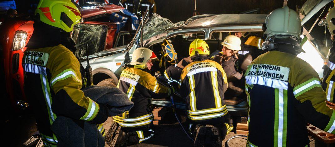 Drei Personen nach Unfall im Gewerbegebiet Schleusingen eingeklemmt