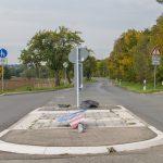 72-Jähriger fährt über Verkehrsinsel und rammt Auto in Taubach