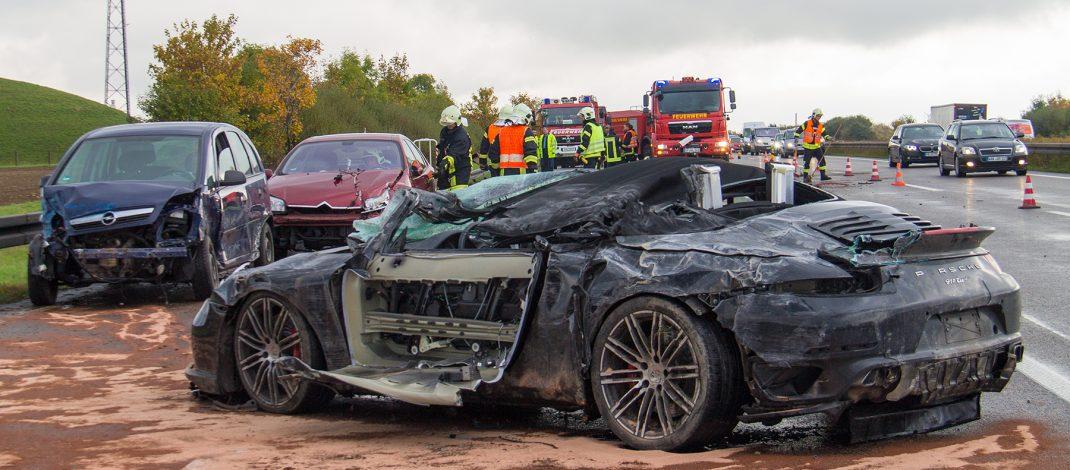 Porsche-Fahrer überschlägt sich mehrfach auf der A4 bei Weimar