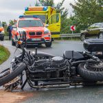 Vier Verletzte nach Unfall mit Motorrad und Folgeunfall bei Mönchenholzhausen