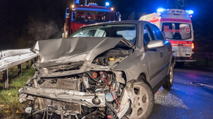 20.10.2016 / Blankenhain / Die Freiwillige Feuerwehr Blankenhain wurde am Donnerstag, den 20. Oktober 2016 gegen 21.54 Uhr zu einem Verkehrsunfall auf die Bundesstraße 85 zwischen Blankenhain und Neusaalborn (Kreis Weimarer Land) alarmiert. Der 19-jährige Fahrer eines PKW Opel Astra befuhr die Bundesstraße 95 aus Blankenhain kommend in Richtung Bad Berka. Im Bereich einer langen Linkskurve kollidierte er aufgrund eines Wildtieres mit einer Leitplanke, fuhr mehrere Meter weiter und kollidierte erneut mit der Leitplanke, fuhr abermals mehrere Meter weiter und kollidierte noch einmal mit der Leitplanke und blieb stehen. Durch die Wucht des Aufpralls wurde der Fahrer verletzt. Er wurde mit einem Notarztwagen in das Klinikum Blankenhain gebracht.  Die Kameraden der Feuerwehren sicherten die Unfallstelle ab und leuchteten diese aus. Während der Rettungs- und Bergungsmaßnahmen war die Bundesstraße 85 für zirka 50 Minuten voll gesperrt. Am PKW Opel entstand wirtschaftlicher Totalschaden. Er musste durch ein Abschleppunternehmen geborgen werden. Die Polizeiinspektion Weimar hat die Ermittlungen zur Unfallursache aufgenommen.  Auf der Strecke zwischen Blankenhain und Neusaalborn kommt es häufiger zu Wildwechsel. Schon mehrfach gab es hier Unfälle zwischen Wildtieren und Fahrzeugen.  / Foto: thueringen112.de - Johannes Krey