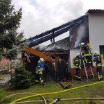 Brand eines Holzverschlages greift in Hundeshagen auf Nebengebäude über