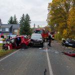 Fahrer nach Unfall mit drei Fahrzeugen bei Weimar eingeklemmt