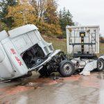 LKW kollidierte mit Betongleitwand - fehlende Rettungsgasse erschwert Einsatzkräften Anfahrt