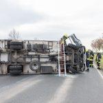 LKW auf der Bundesstraße 87 bei Apolda umgekippt