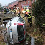 PKW landet im Bach: Fahrer nach Unfall bei Heiligenstadt eingeschlossen
