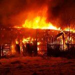 Feuerwehr lässt Scheune in Grobsdorf kontrolliert abbrennen