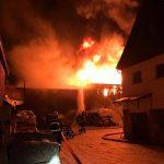Großeinsatz der Feuerwehren beim Brand einer Lagerhalle in Schmalkalden