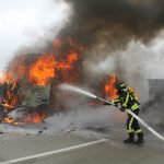 LKW geriet auf der A9 bei Schleiz nach Defekt in Brand