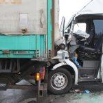 Transporter fährt unter LKW bei Schleiz - Fahrer schwer eingeklemmt