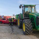 Feuerwehr simuliert Unfall mit Traktor und zwei eingeklemmten Personen