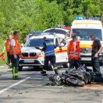 Kradfahrer kollidiert mit Auto und wird durch die Luft geschleudert