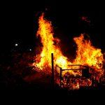 Brandstiftung? Privates Brennholzlager brannte bei Eichelborn