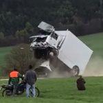LKW-Fahrer beim Test einer LKW-Sperre schwer verletzt