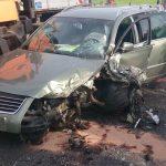 Auto überholt Mähfahrzeug und kollidiert mit Wagen im Gegenverkehr