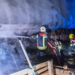 Komposthaufen setzt Holzhütte und Holzlager in Brand