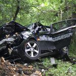 Fahrzeug kommt bei Arnstadt von Straße ab und knallt gegen Baum