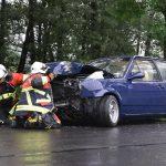 VW schleudert bei Eisfeld gegen Baum - Fahrer leicht verletzt