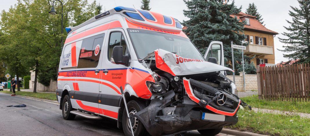 Rettungswagen verunfallt auf Einsatzfahrt in Blankenhain