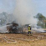 War es Brandstiftung? Strohballen brannten bei Sachsenhausen