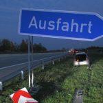 Autofahrerin fährt auf A4 bei Schmölln in Abfahrt geradeaus