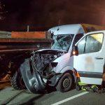 Transporter kracht in Bad Salzungen unter Traktorgespann