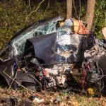 Auto prallt bei Klettbach gegen Baum – Fahrer schwer verletzt