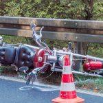 Auf der B85 mit Jeep kollidiert und gestürzt – Biker schwer verletzt
