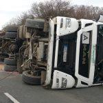 Sattelzug auf der B7 bei Jena umgekippt - Fahrer schwer verletzt