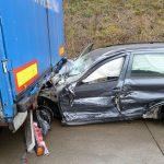 Auto fährt auf A9 bei Schleiz unter LKW - Fahrer schwer verletzt