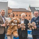 1.800 Teddys für Kinder in Notlagen an die Polizei übergeben