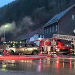 PKW in Katzhütte fing Feuer und griff auf Garage über
