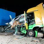 Erneut schwerer Unfall: Führerhaus abgerissen, Fahrer eingeklemmt